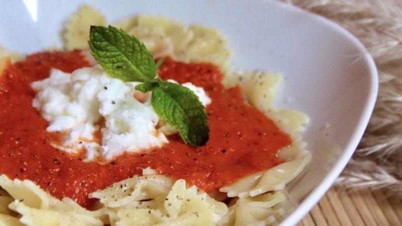 Recept: Farfalle met paprikasaus en buffelmozzarella / vegetarisch